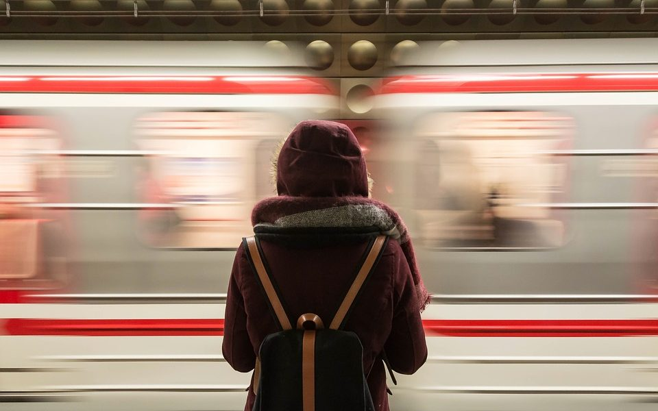 putnica čeka vlak