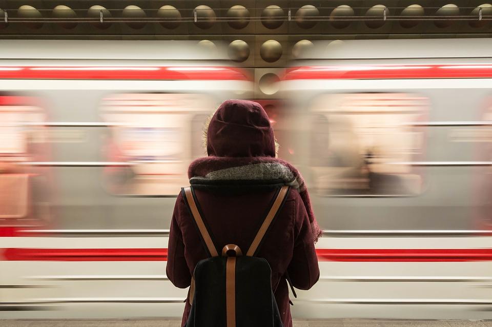 putnica-čeka-vlak