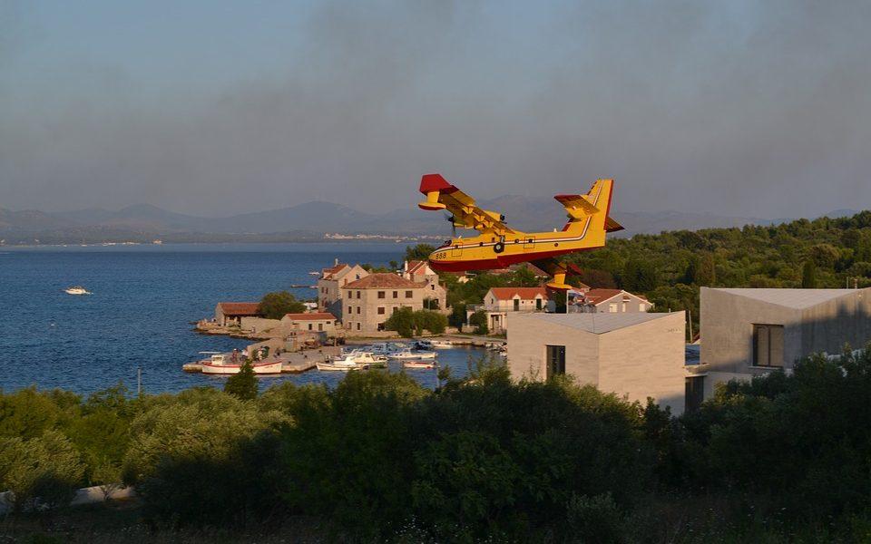 canadair-firefighting-plane-3624212_960_720